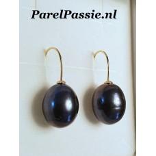 Pareloorbellen zwart iets pauw zoetwaterparels ca. 12x15mm oorhaken zilver verguld
